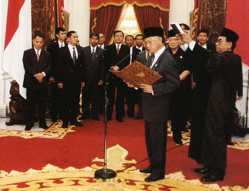 Biografi BJ Habibie: BJ Habibie Menjadi Presiden Republik Indonesia